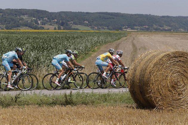 Ital Vincenzo Nibali ve žlutém trikotu lídra Tour a Španěl Joaquim Rodriguez v puntíkovaném dresu pro nejlepšího vrchaře na trati 13. etapy mezi městy Saint-Étienne a Chamrousse.