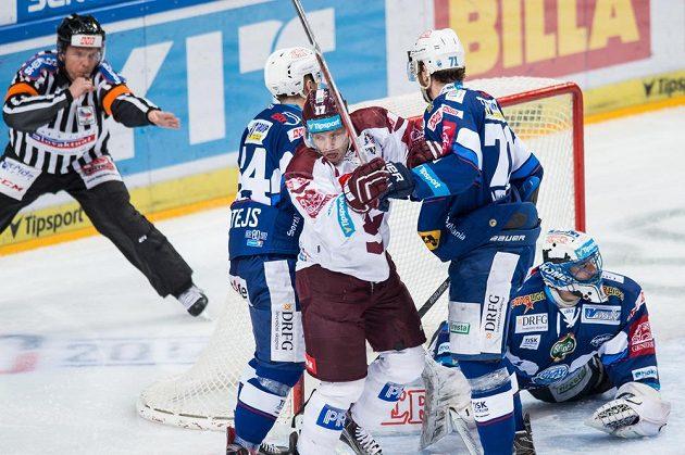 Sparťanský hokejista Jaroslav Hlinka se raduje poté, co vstřelil gól na 1:0 během prvního utkání čtvrtfinále Generali play off proti brněnské Kometě.