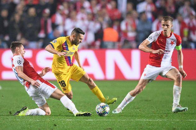 Lukáš Masopust (vlevo) a Tomáš Souček (vpravo) ze Slavie a Jordi Alba z Barcelony v utkání 3. kola Ligy mistrů.