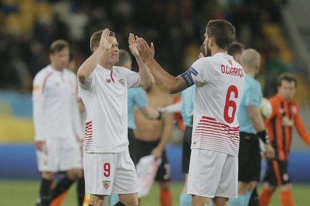 Fotbalisté Sevilly se radují z remízy po skončení duelu s domácím Šachtarem Doněck. Vlevo je Kevin Gameiro, vpravo Daniel Carrico.