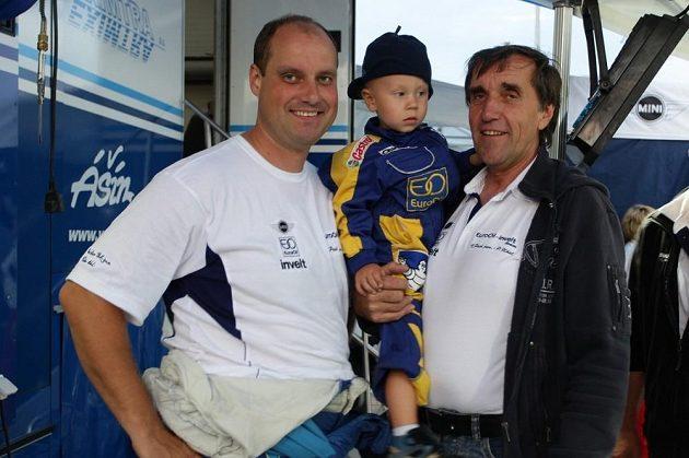 Václav Pech mladší se synem Karlem a otcem Václavem, který oslavil nedávno pětašedesáté narozeniny.