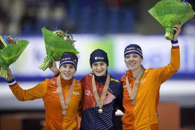 Medailový ceremoniál po závodě rychlobruslařek na 3000 metrů na MS v Heerenveenu. Martina Sáblíková pózuje se zlatou medailí vedle Nizozemek Marije Jolingové (vpravo) a Ireen Wüstové.
