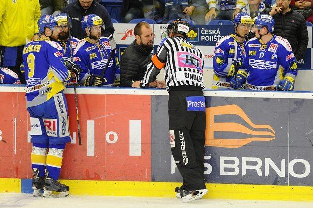 Trenér Zlína Rostislav Vlach diskutuje s rozhodčím Vladimírem Šindlerem.