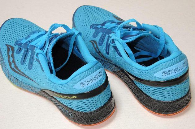 Běžecké boty Saucony Freedom ISO: Na patě se skrývá další odrazka.
