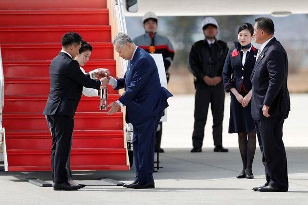 Šéf organizačního výboru Jošihiro Mori přebírá olympijský oheň od trojnásobných olympijských vítězů Tadahiro Nomury a Saori Jošidaové.