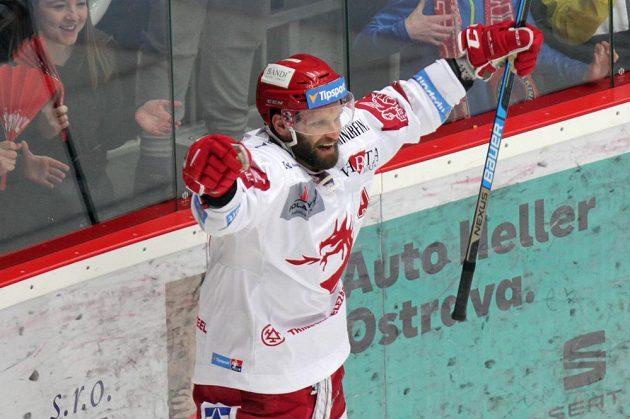 Třinecký hokejista Martin Růžička se raduje, právě vstřelil ve finále gól Liberci.