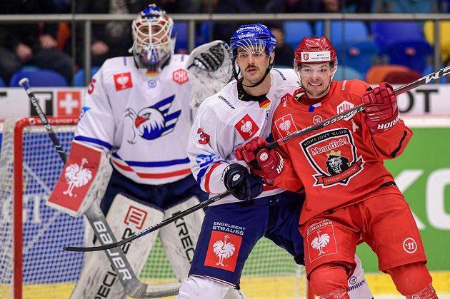 Brankář Mannheimu Johan Gustafsson, Thomas Larkin z Mannheimu a Radovan Pavlík z Hradce Králové během utkání Ligy mistrů.