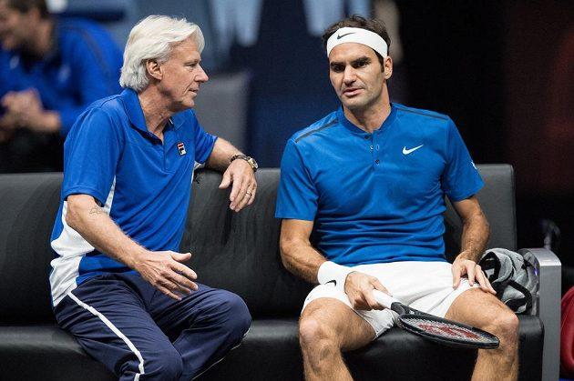 Roger Federer a kapitán týmu Evropy Björn Borg během tenisového turnaje Laver Cup.