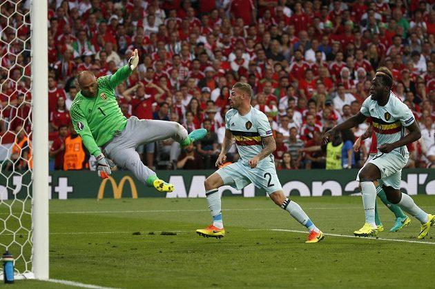 Maďarský gólman Gábor Király se po střele Belgičana Tobyho Alderweirelda marně.