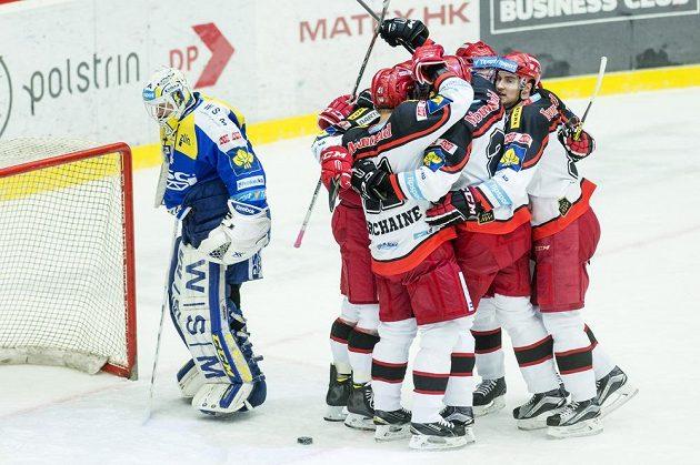 Hráči Hradce oslavují gól, vlevo je překonaný brankář Zlína Libor Kašík.