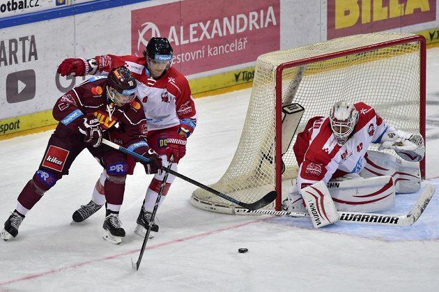 Hokejisté Sparty bojují o body ve 20. kole Tipsport extraligy s Olomoucí. Úvodní branku duelu vstřelili Hanáci.