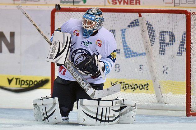 Liberecký brankář Ján Lašák zasahuje v utkání proti Třinci.