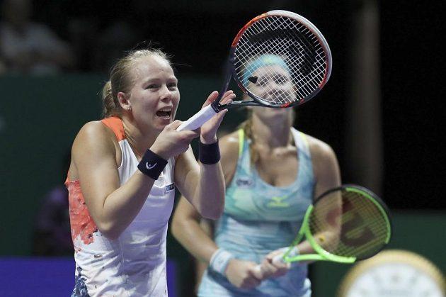 Johanna Larssonová(vlevo) se svojí deblovou partnerkou Kiki Bertensovou ve finále Turnaje mistryň neuspěly.