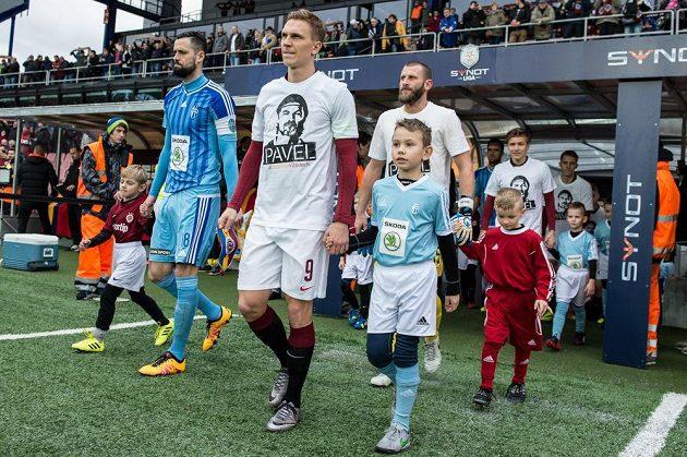 Fotbalisté Sparty Bořek Dočkal, David Bičík a Martin Frýdek nastupují k utkání s portrétem Pavla Srníčka na tričku.
