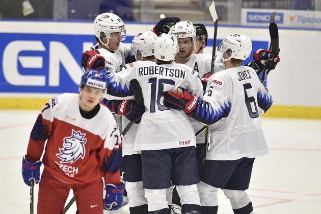 Hráči USA se radují z úvodního gólu proti České republice.