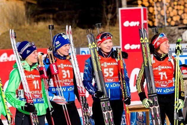 Vyhlášení vítězek se v Hochfilzenu zúčastnila také Lucie Charvátová (druhá zprava).