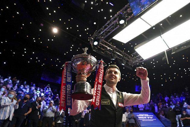 Radost s pohárem. Angličan Mark Selby se stal počtvrté mistrem světa ve snookeru.
