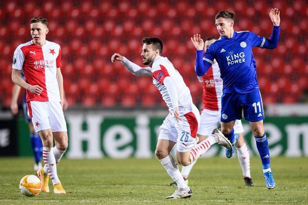 Lukáš Provod a Jakub Hromada ze Slavie a Marc Albrighton z Leicesteru během utkání vyřazovací části Evropské Ligy.