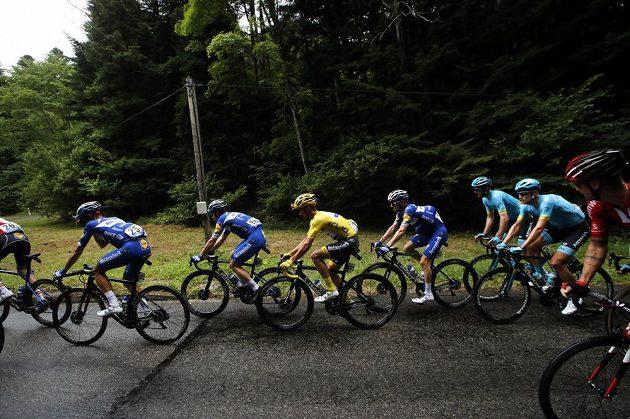 Francouz Julian Alaphilippe ve žlutém trikotu v šesté etapě Tour.