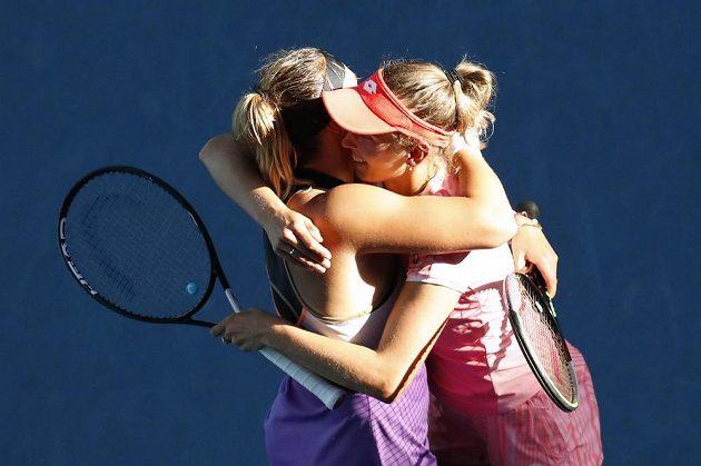 Dobojováno! Aryna Sabalenková (vlevo) a Elise Mertensová slaví v Melbourne grandslamový titul ve čtyřhře.