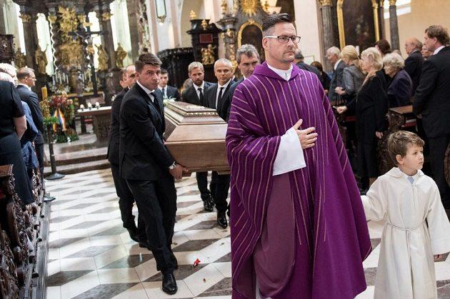 Rakev Rudolfa Bati opouští baziliku.