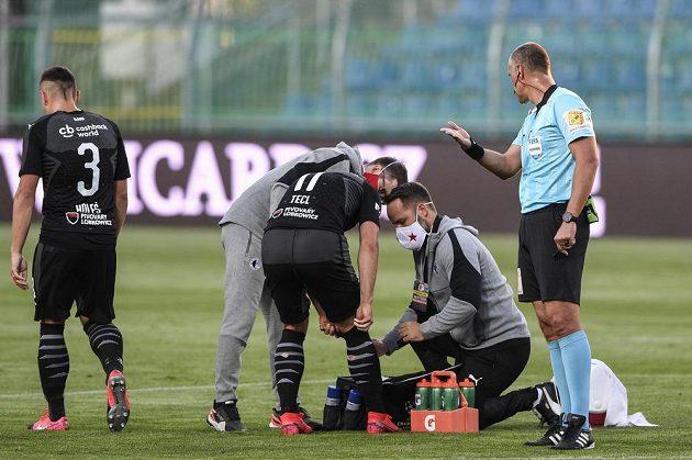 Útočník Slavie Stanislav Tecl je ošetřován během ligového utkání v Mladé Boleslavi.