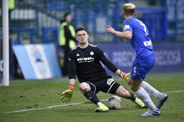 Jan Kuchta z Liberce střílí druhý gól brankáři Bohemians Patrik Le Giang.