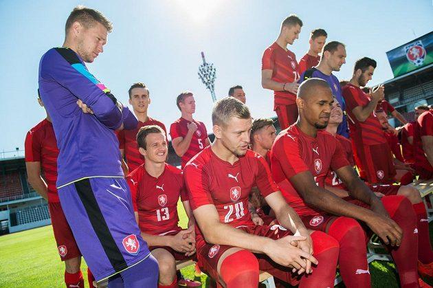 Brankář Tomáš Vaclík, Matěj Vydra a Teodor Gebre Selassie během fotografování české fotbalové reprezentace.