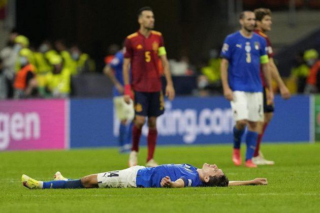 Zklamaný italský fotbalový reprezentant Federico Chiesa leží zklamaně na trívníku. Jeho tým v úvodním semifinále Ligy národů v Miláně podlehl Španělsku 1:2.