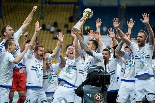 Fotbalisté Mladé Boleslaví oslavují vítězství ve finále MOL Cupu nad Jabloncem.