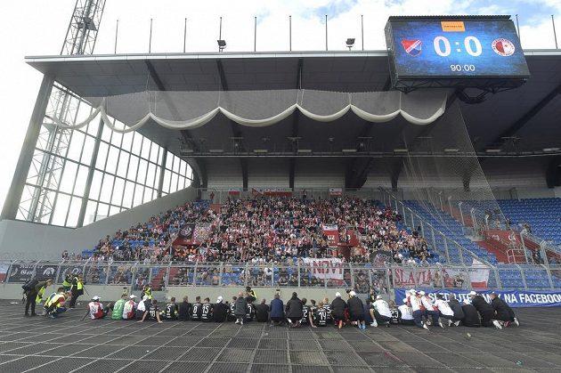 Hráči Slavie se s fanoušky radují ze zisku ligového titulu.