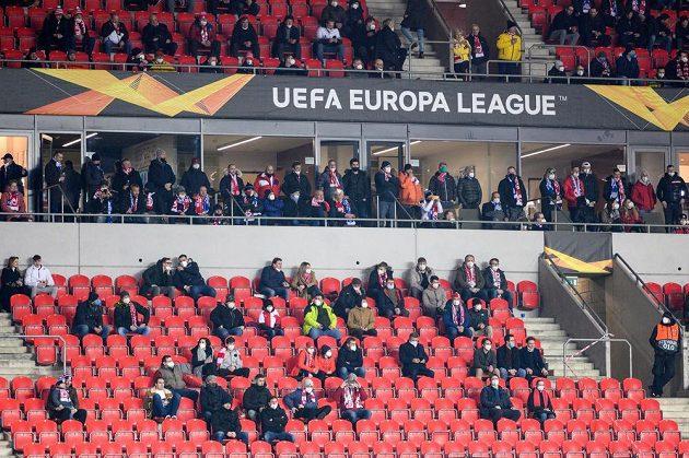 Slavia na utkání prvního kola vyřazovací části Evropské Ligy proti Leicesteru zkusmo pustila omezený počet fanoušků.