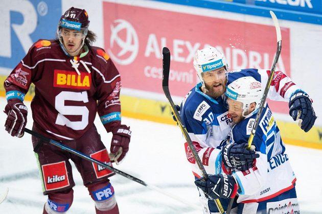 Hokejisté Brna Martin Dočekal a Jan Štencel oslavují gól na 1:0 během utkání Tipsport extraligy se Spartou. Vlevo Matěj Beran.
