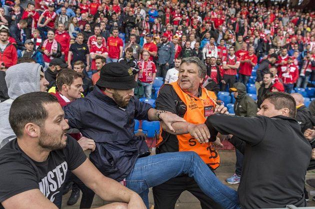 Potyčky fanoušků s pořadateli během finále Evropské ligy mezi Liverpoolem a Sevillou.