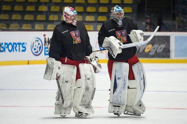 Brankáři Dominik Furch (vlevo) a Matěj Machovský během tréninku hokejové reprezentace ve Znojmě.