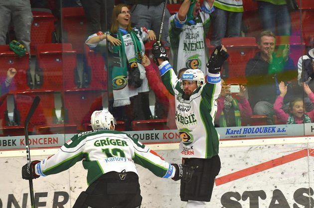Oslava prvního gólu Karlových Varů během utkání 6. kola baráže o hokejovou extraligu s Motorem České Budějovice.