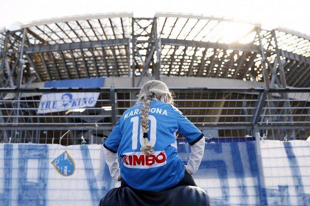 Neapolská radnice vyhlásila kvůli úmrtí Maradony den smutku a rozhodla se po něm pojmenovat stadion.