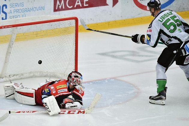 Útočník Mladé Boleslavi Tomáš Urban střílí gól brankáři Hradce Adamu Svobodovi.