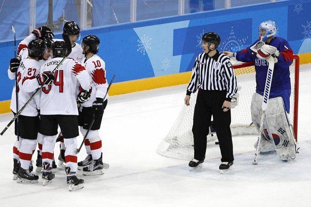 Švýcarská hokejová radost v utkání s Koreou na olympijském turnaji.