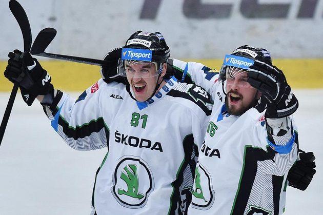 Mladoboleslavští útočníci Zdeněk Kubica (vlevo) a Radim Hruška slaví gól v síti Litvínova.