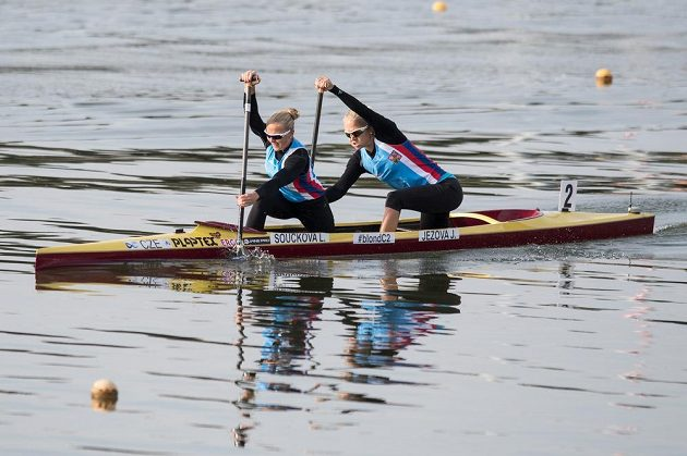 Kanoistky Lenka Součková (vpředu) a Jana Ježová během Mistrovství světa v rychlostní kanoistice.