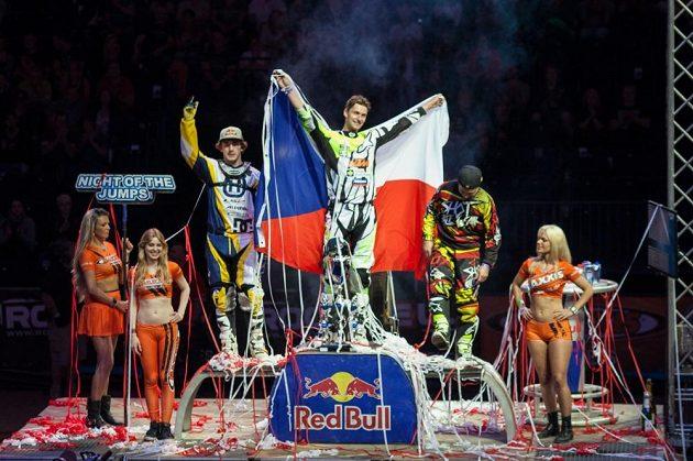 Petr Pilát (uprostřed) oslavuje titul mistra Evropy FMX. Česká vlajka nemohla chybět.