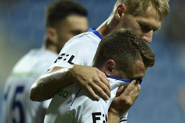 Dojatý Dominik Mašek z Boleslavi (vpředu) oslavuje gól proti Jablonci.