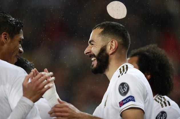 Útočník Realu Madrid's Karim Benzema slaví v utkání Ligy mistrů.