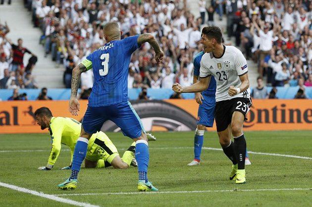 Německý fotbalista Mario Goméz právě vstřelil druhý gól v osmifinále ME proti Slovensku.