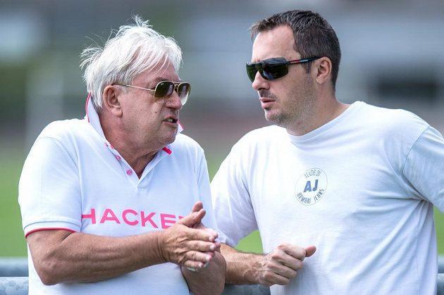 Manažer Pavel Paska (vlevo) a generální ředitel Sparty Praha Adam Kotalík během přípravného utkání s Trenčínem.