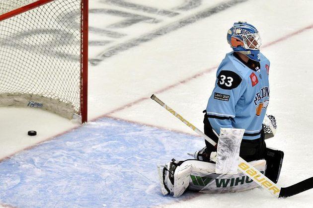 Překonaný brankář Lahti Tomi Karhunen.