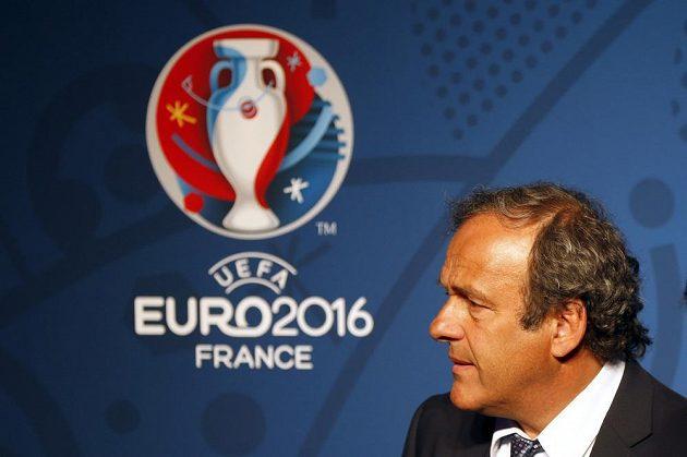 Prezident UEFA Michel Platini s logem pro mistrovství Evropy 2016.