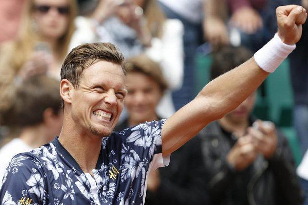 Štastný Tomáš Berdych slaví postup na French Open přes Johna Isnera.