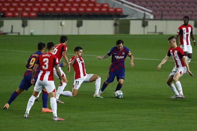 Barcelonská hvězda Lionel Messi v akci v utkání španělské ligy, kdy tým z Nou Campu vyhrál nad týmem Athletic Bilbao.